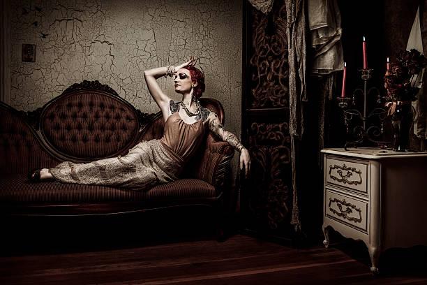 elegante retro frau entspannen auf dem sofa - baroque tattoo stock-fotos und bilder
