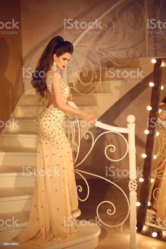 Sensual Dama Elegante Con Largo Volumed Peinado Y Maquillaje