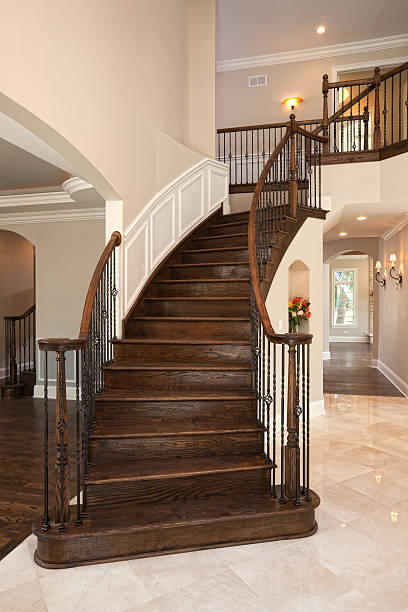 elegante treppe in einem gehobenen zu hause fühlen. - wandleuchte treppenhaus stock-fotos und bilder