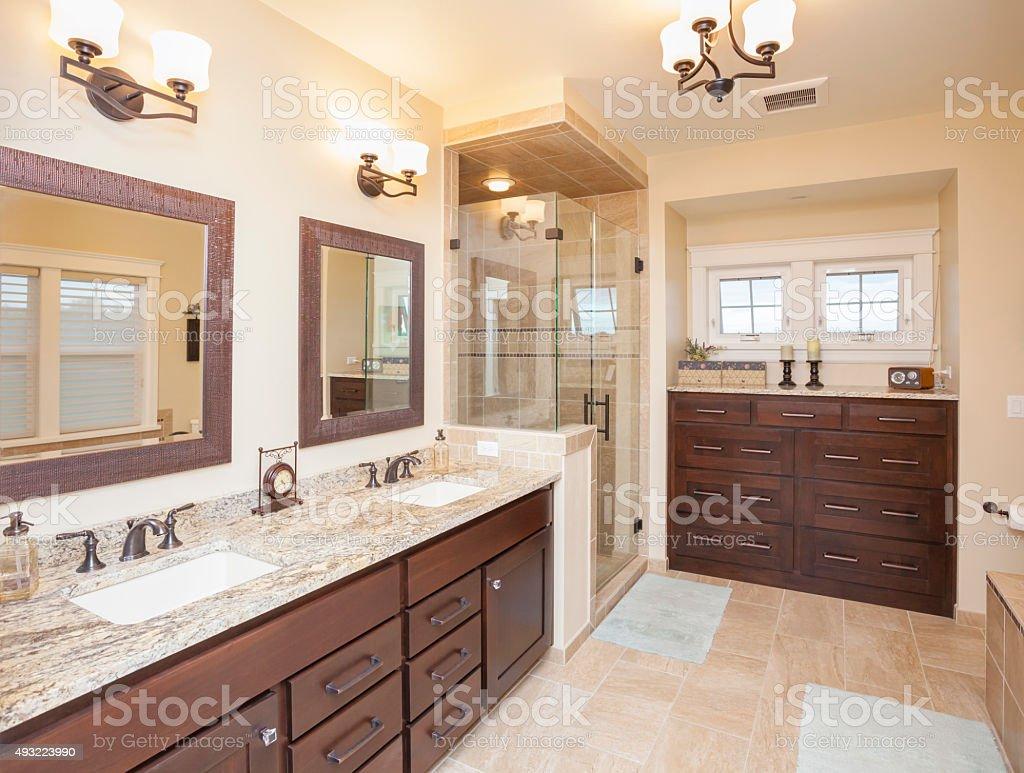 Bagno In Camera Con Vetrata : Elegante elegante bagno con doccia in vetro ripiani in marmo