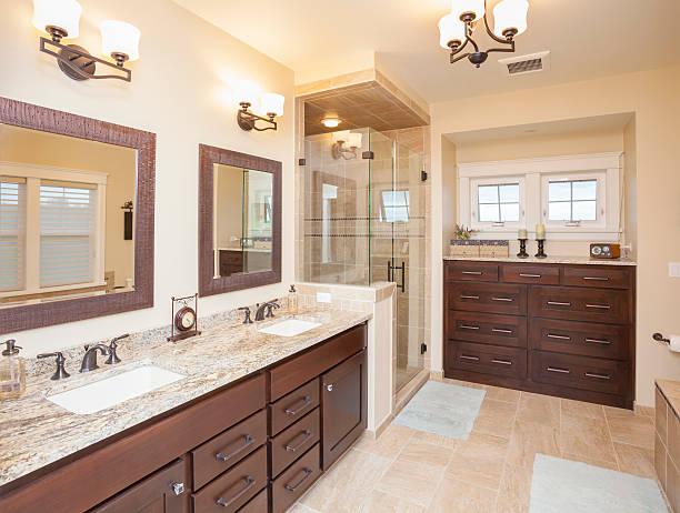 elegante badezimmer mit duschkabine aus glas, marmoroberflächen, - badezimmermöbel holz stock-fotos und bilder