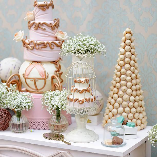 elegante sweet tisch mit großen kuchen und makronen - prinzessinnen torte stock-fotos und bilder