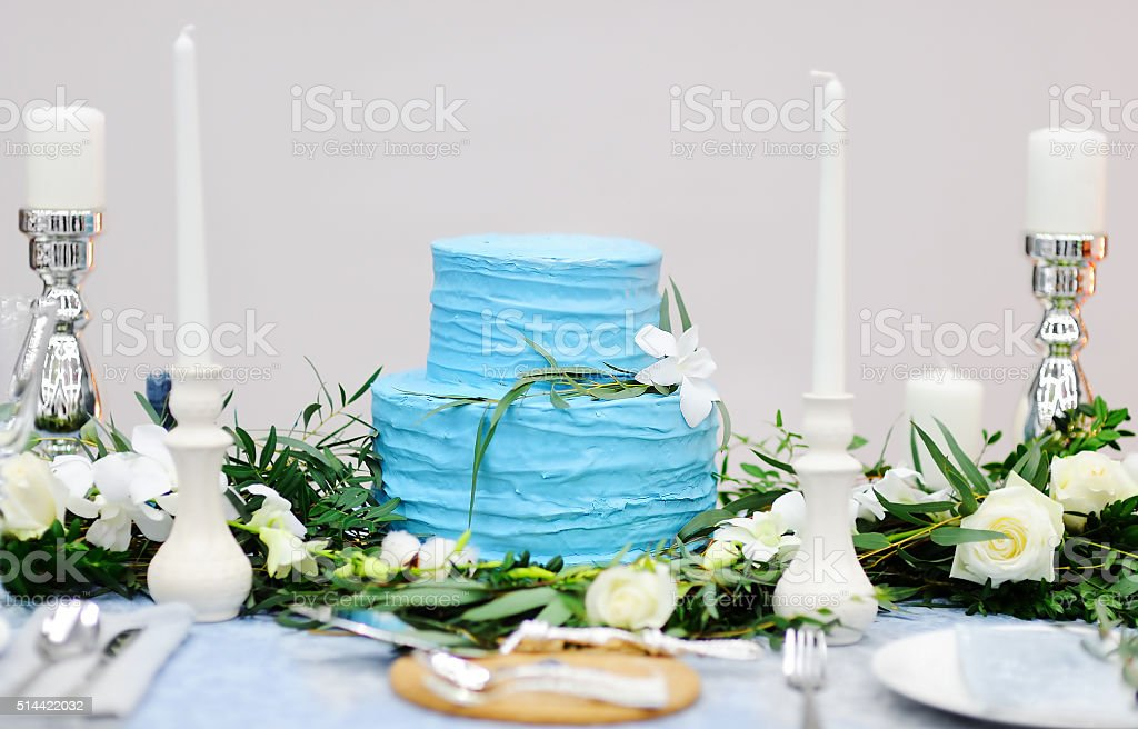 A elegante mesa com bolo na festa de casamento - foto de acervo