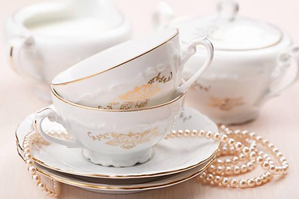 elegante tea körbchen - porzellan schmuck stock-fotos und bilder
