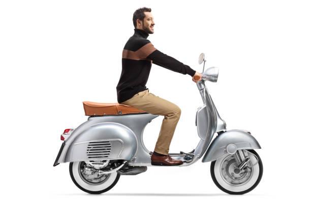 homme à la mode élégant conduisant un scooter d'argent de cru - moped photos et images de collection