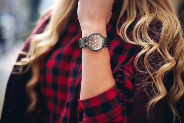 elegante, trendige outfit closeup armbanduhr auf der seite der stilvolle frau. modische mädchen auf der straße. weibliche mode. - damen top gold stock-fotos und bilder