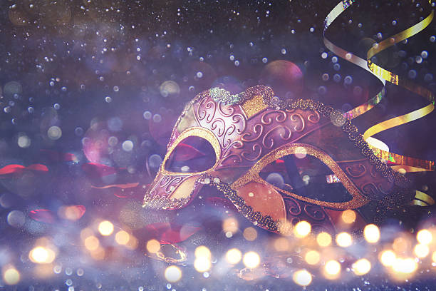 elegant venetian, mardi gras mask on glitter background - martes de carnaval fotografías e imágenes de stock