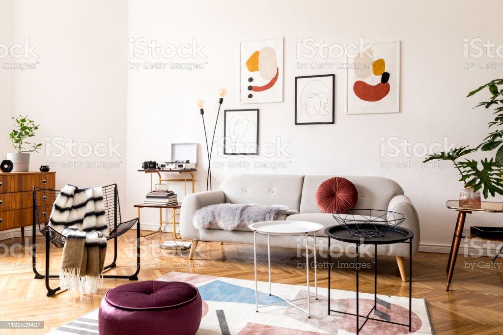 Elegante Decoración Vintage En Un Espacioso Interior Plano