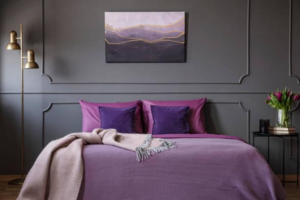 eleganten lila schlafzimmer innenraum - pflaumen wände stock-fotos und bilder