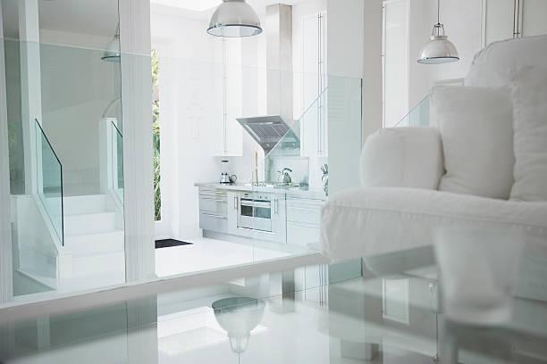 elegante weiße wohnzimmer und küchengeräte aus edelstahl - couchtisch metall stock-fotos und bilder
