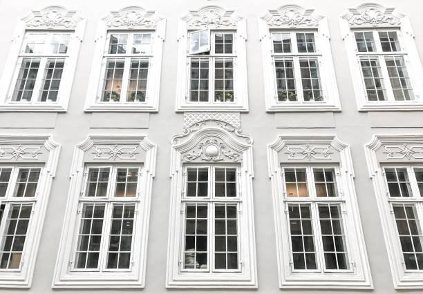 eleganten fenstern - hotels in kopenhagen stock-fotos und bilder