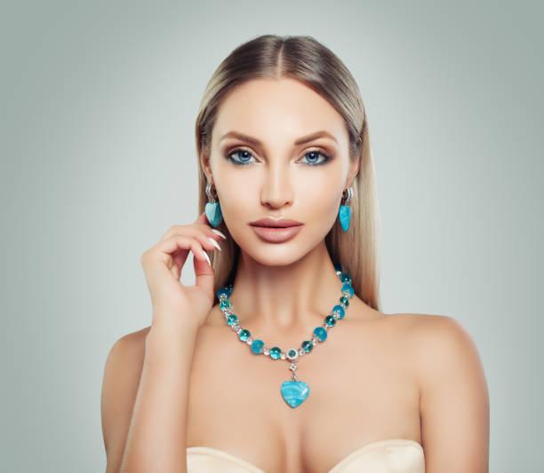 elegante frau mode-modell mit make-up und schmuck. silberne halskette und ohrringe mit halbedelsteinen - promi schmuck stock-fotos und bilder
