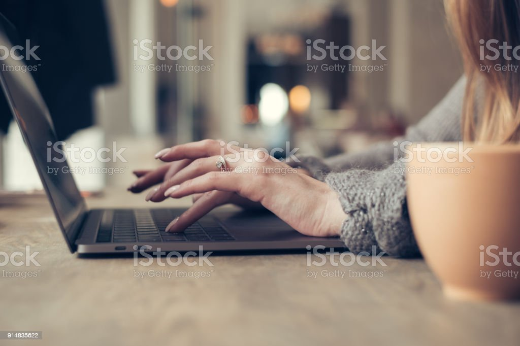 Manos de mujer elegante usando laptop - foto de stock