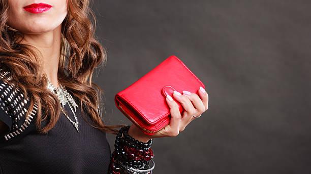 エレガントな女性手に持つクラッチバッグ赤のハンドバッグ - 財布 ストックフォトと画像