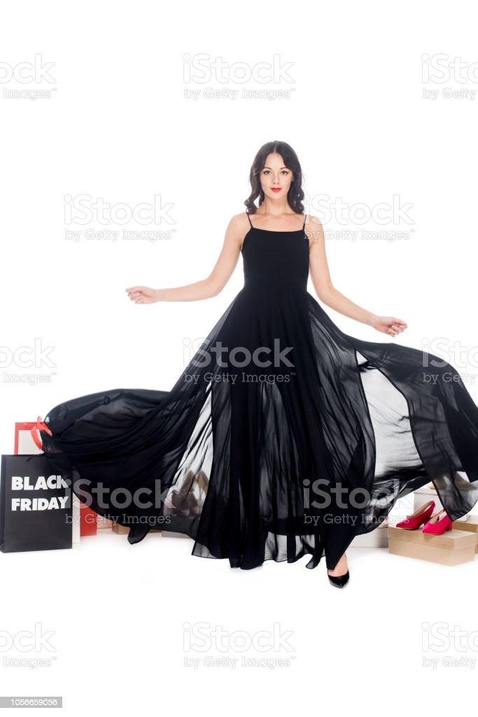 Elegante Mujer En Vestido Negro Con Zapatos De Mujer Y