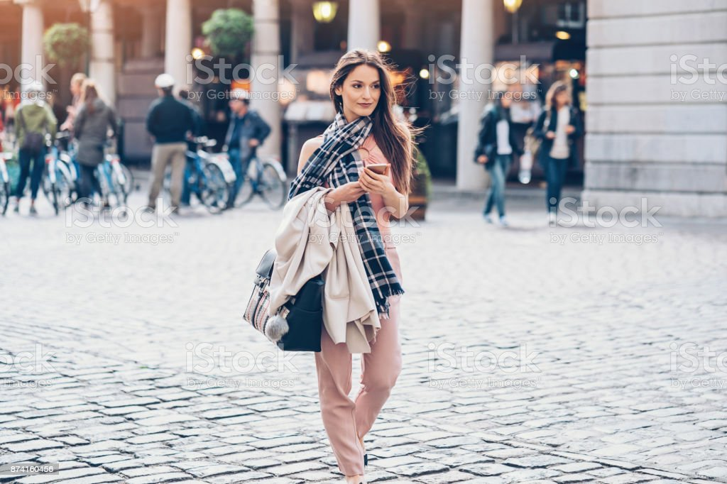 Mulher elegante na cidade de Londres - foto de acervo