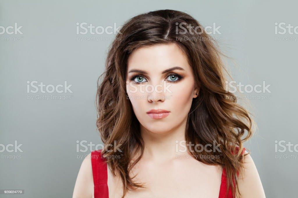 Modele Femme Elegante Avec Smokey Yeux Maquillage Et Coiffure