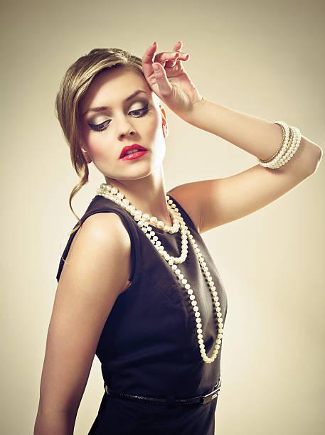 elegante frau porträt - promi schmuck stock-fotos und bilder