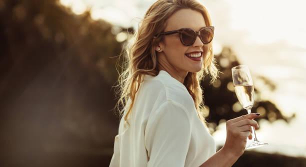 優雅的婦女與一杯葡萄酒 - 僅年輕女人 個照片及圖片檔