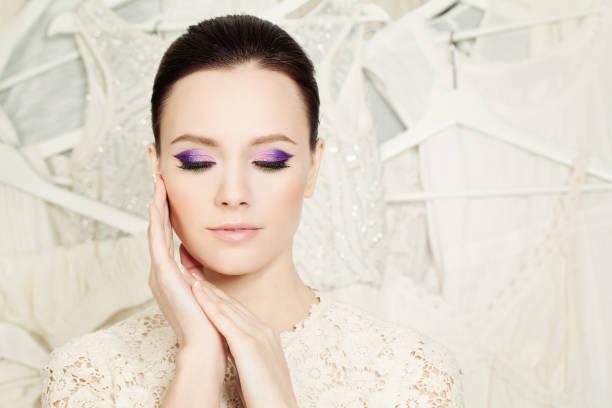 elegante frau mit schönen make-up - lila augen make up stock-fotos und bilder