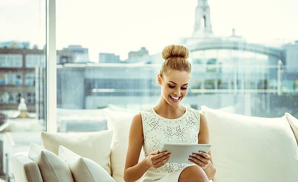 Elegante mulher com tablet digital - foto de acervo