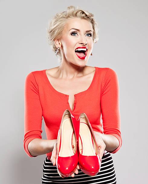 elegante frau mit roten high heels - damenschuhe 44 stock-fotos und bilder