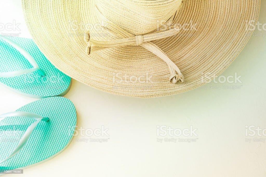 c96d454a4b Mulheres elegantes de chapéu de sol com chinelos de praia do arco azul  sobre fundo branco