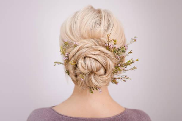 zarif kadın sarışın saç için saç stilleri. - kabarık saç stok fotoğraflar ve resimler