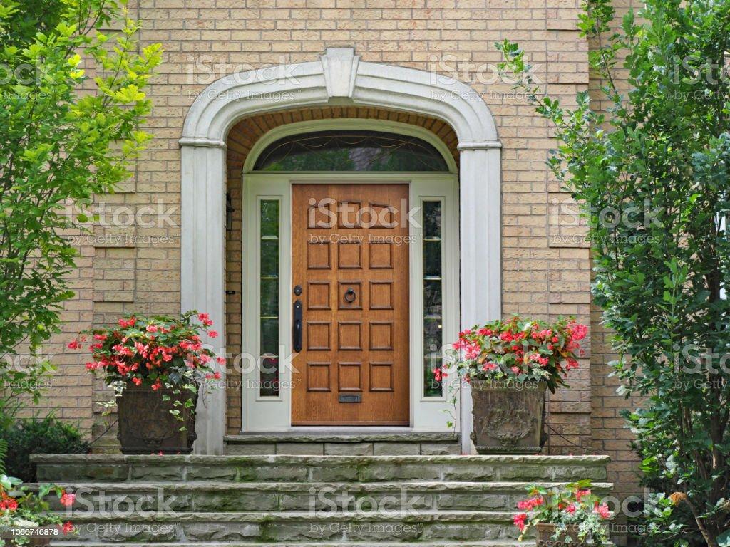 Entrée De Maison Avec Marche photo libre de droit de porte dentrée en bois Élégant avec
