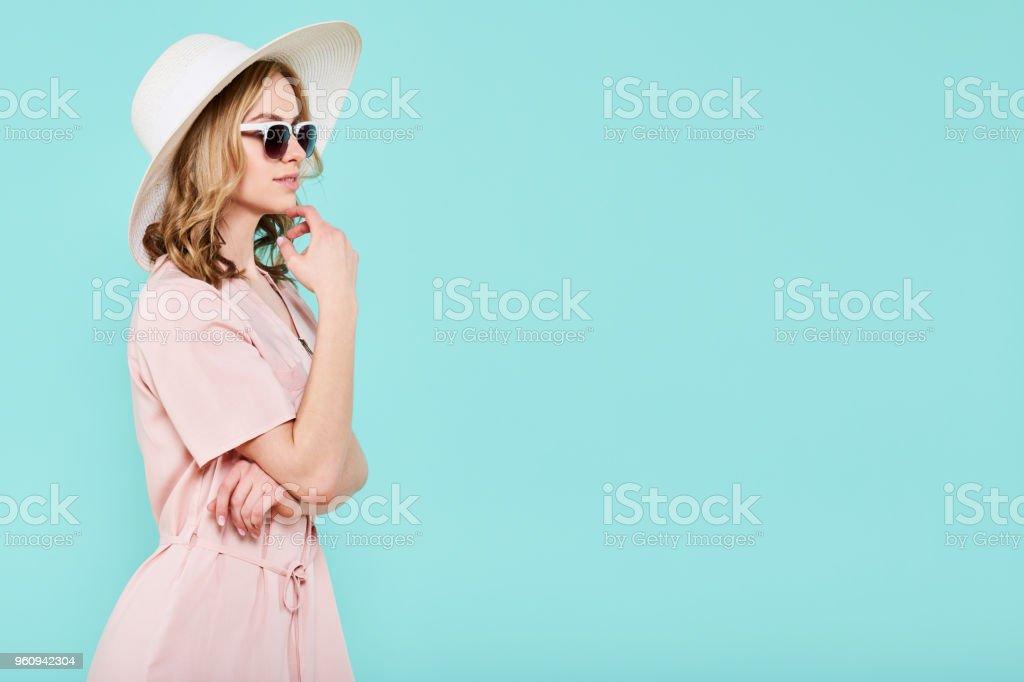 a705f3f6b Elegante jovem atraente mulher usando vestido de verão cor de rosa pálido