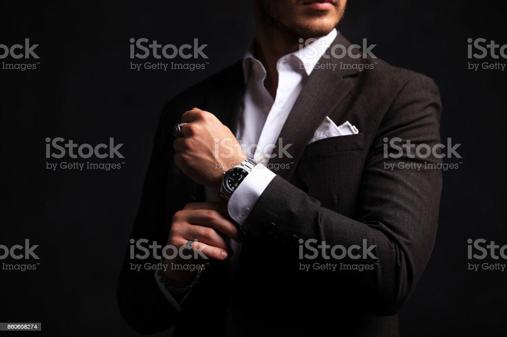 Elegante jovem homem bonito. Studio moda retrato - foto de acervo