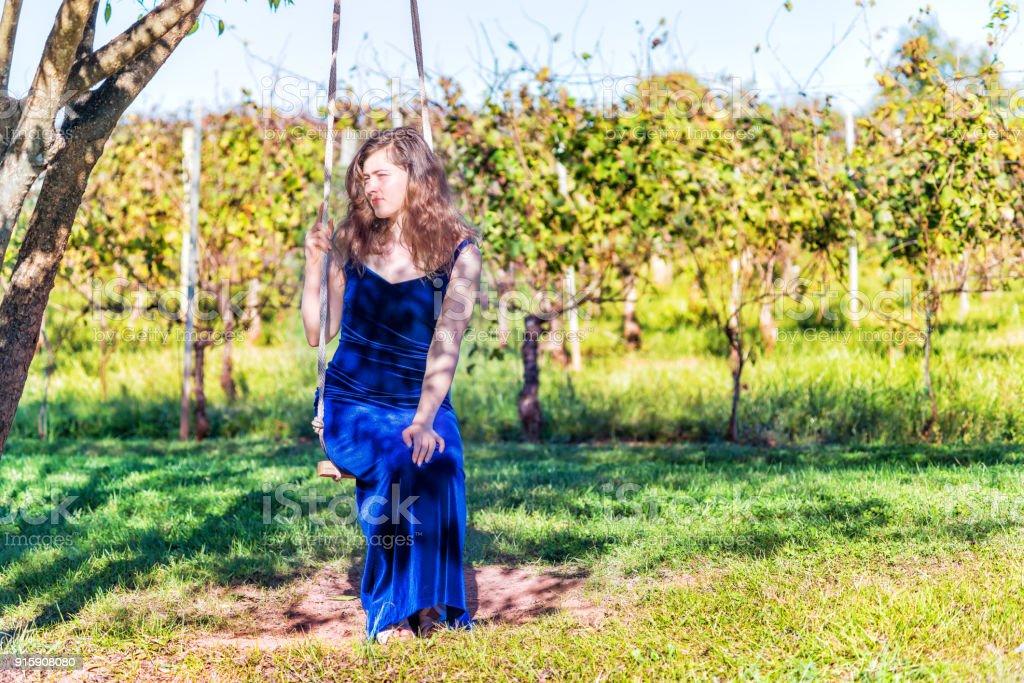 Elegante Junge Frau In Blauem Samtkleid Von Weinberg Weingut ...