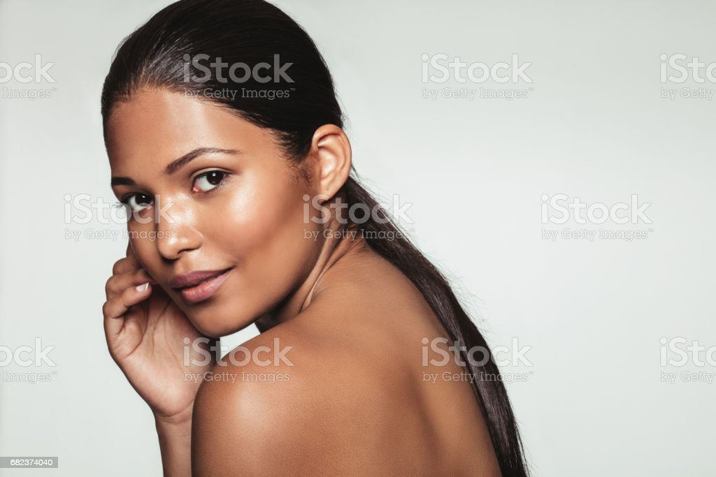 Elegant young woman with beautiful and healthy skin royaltyfri bildbanksbilder
