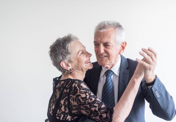 elegant gekleidete ältere paar tanzen - 70 jahre kleidung stock-fotos und bilder