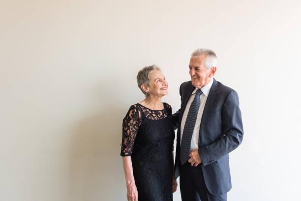 elegant gekleidete älteres ehepaar - 70 jahre kleidung stock-fotos und bilder