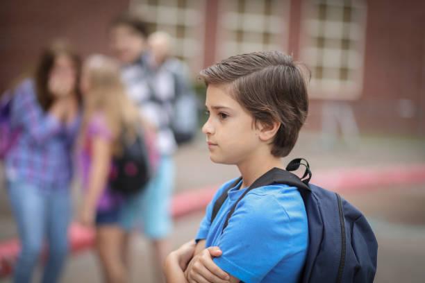 Grundschulkind junge in der Schule gemobbt. – Foto