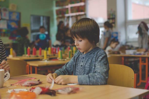 grundschulkind kind, kunst und handwerk produkt, traumfänger in der schule im kunstunterricht zu schaffen - traumfänger zeichnung stock-fotos und bilder