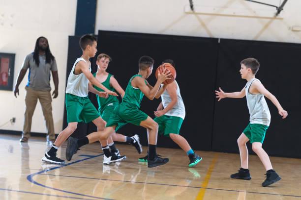 Elementar jungen Basketball spielen – Foto