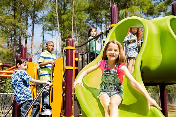 los niños juegan en la escuela primaria huella parque o en el patio de juegos. - patio de colegio fotografías e imágenes de stock