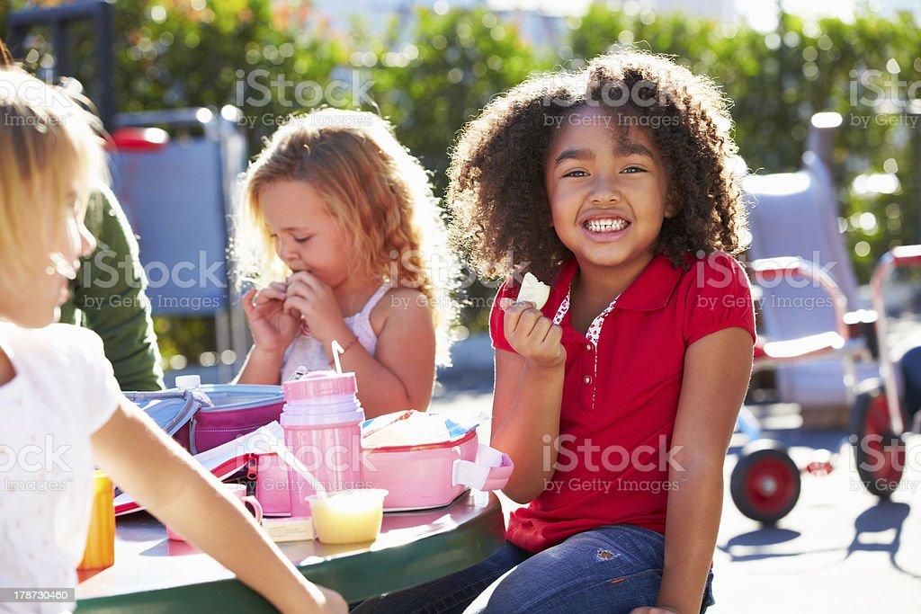Elementare Schüler sitzen am Tisch essen Mittagessen – Foto