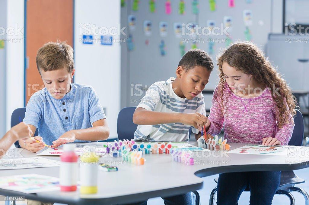 Niños de escuela primaria en clase de arte de pintura - foto de stock