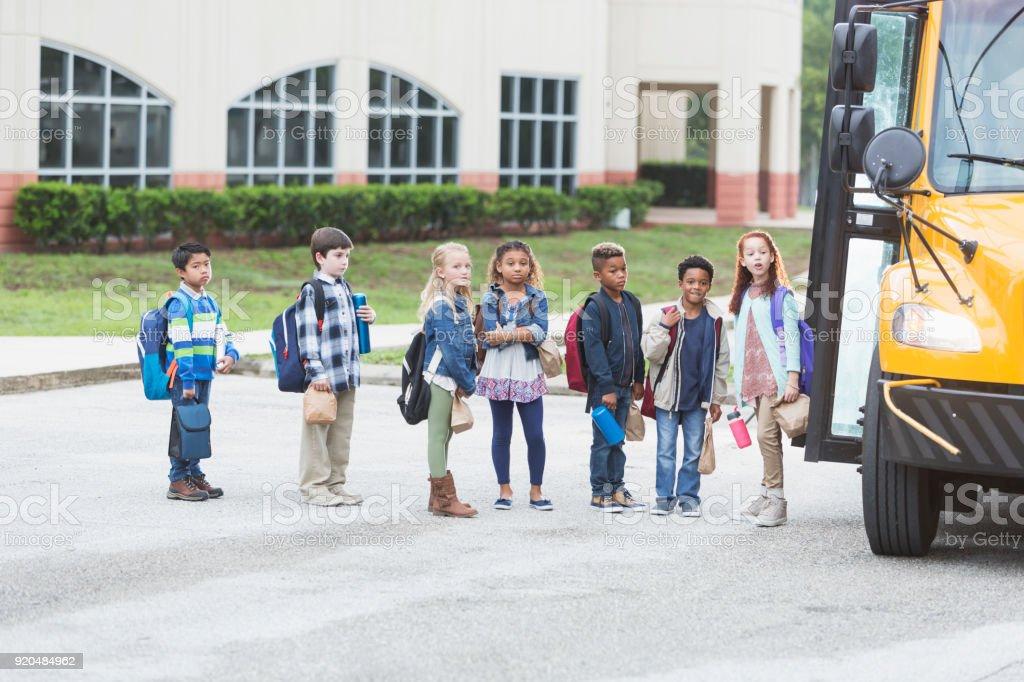 Niños esperando el autobús fuera - foto de stock