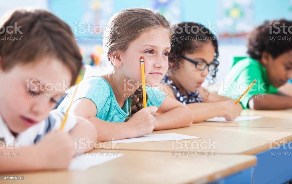 Grundschule Kinder Schreiben in Klasse – Foto