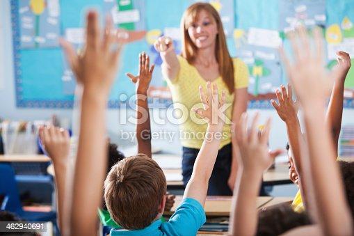 istock Elementary school class, raising hands 462940691
