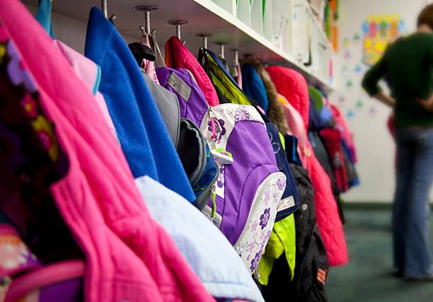 grundschule mantel rack: rucksäcke - garderobenhaken stock-fotos und bilder