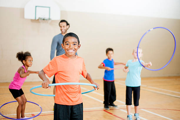 grundschule hula-hoop - hula hoop workout stock-fotos und bilder