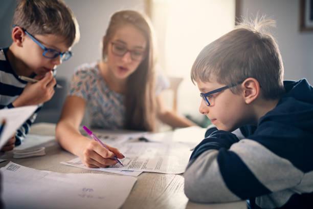 Grundschulkinder machen Hausaufgaben zu Hause – Foto
