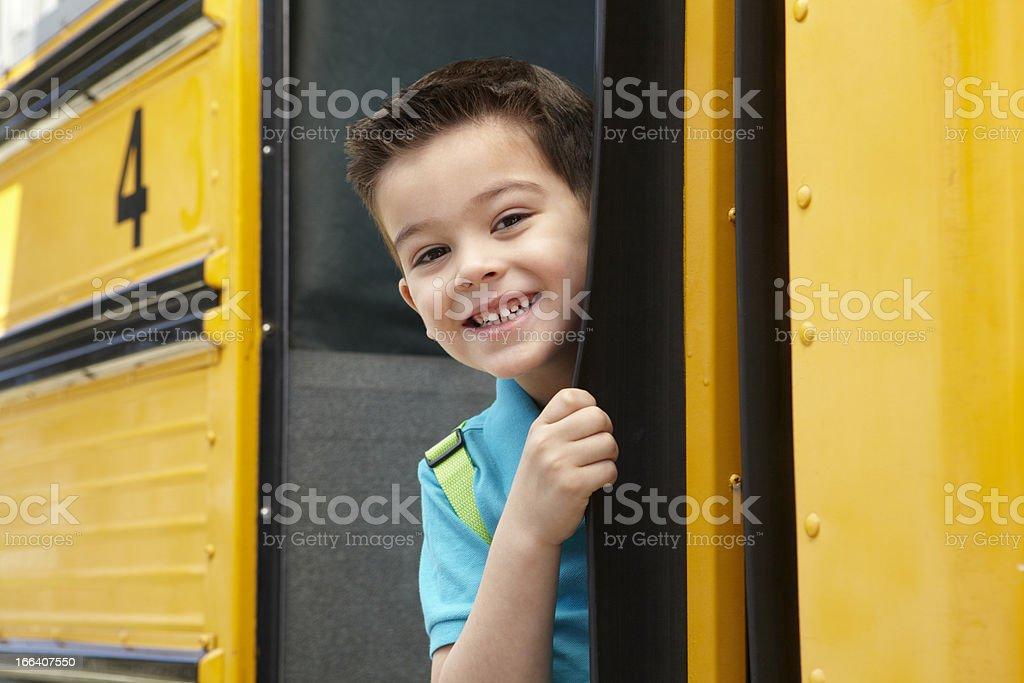 Escuela primaria alumno Boarding Bus - foto de stock