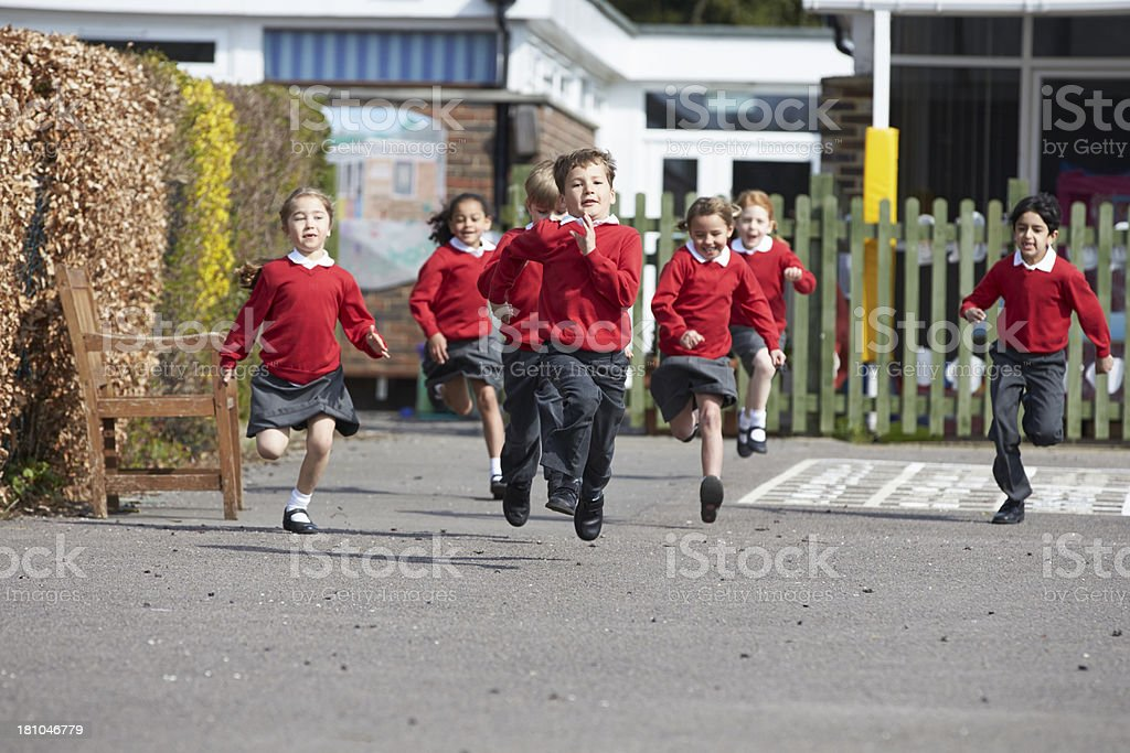 小学校 Pupils ランニングのプレイグラウンド ストックフォト