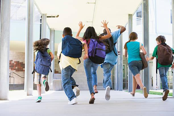 alumnos de escuela primaria corriendo afuera - regreso a clases fotografías e imágenes de stock